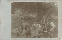 Sennerin und Besucher auf der Alm. Gelatinesilberabzug 9 x 14 cm; kein Impressum um 1910.  Inv.-Nr. vu914gs00699