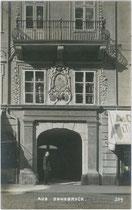 Portal vom Palais Trapp (richtig: Wolkenstein-Trapp), Maria-Theresien-Straße 38, Innsbruck. Gelatinesilberabzug 9 x 14 cm; Impressum: A(lfred). Stockhammer, Hall in Tirol 1910.  Inv.-Nr. vu914gs00482
