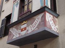 """Bozner Stadtwappen an der Stirnseite des von Rudolf Stolz (1874-1960) gestalteten dreistöckigen Erkers vom Gasthof """"Weisses Kreuz"""" in Innsbruck, Herzog-Friedrich-Straße 31. Digitalphoto; © Johann G. Mairhofer 2010.  Inv.-Nr. 1DSC00074"""