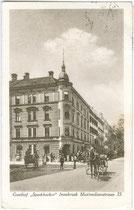 "Fiaker beim Gasthof ""Speckbacher"" (heute Hotel ""zur Post"") in Innsbruck, Maximilianstraße 35. Lichtdruck 9 x 14 cm ohne Impressum um 1920.  Inv.-Nr. vu914ld00055a"