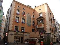 """Café """"Munding"""" - ehemaliges Wohnhaus der Künstlerdynastie Gumpp - in der Kiebachgasse 16 in Innsbruck mit Fassadendekoration als Weihnachtskalender. Digitalphoto; © Johann G. Mairhofer 2010.  Inv.-Nr. 1DSC00013"""
