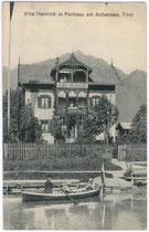 Ruderboot bei der Villa Heinrich in Pertisau, Gemeinde Eben am Achensee, Bezirk Schwaz, Tirol. Lichtdruck 9 x 14 cm; Photograph Puscher, Freudenthal um 1905.  Inv.-Nr. vu914ld00010