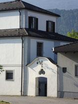 Eingangsbereich vom 1990 restaurierten Thöml-Schlössl in Schönegg, Stadtgemeinde Hall; bis 1773 Sommerhaus des Haller Jesuitenkollegs, seither Besitz der Fam. Bliem (nach Thomas Bliem benannt)  © Johann G. Mairhofer 2013.  Inv.-Nr. 1DSC07238