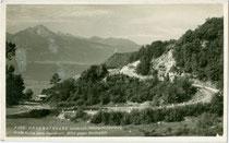 Große Kurve der Höhenstraße in Innsbruck von Hötting auf das Hungerburgplateau , u.a. 1947 Austragungsort eines Bergrennens für Motorräder. Gelatinesilberabzug 9 x 14 cm; Impressum: F. G. J., postalisch befördert 1935.  Inv.-Nr. vu914gs01102