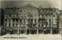 Im Jugendstil erbautes Miller'sches Wohn- und Geschäftshaus (vormals Wilfling-Haus genannt) in der Meraner Straße 3, Innsbruck-Innere Stadt. Gelatinesilberabzug 9 x 14 cm; Impressum: Leo Stainer, Innsbruck um 1910.  Inv.-Nr. vu914gs01124