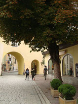 Das Jochberger Tor mit getrenntem Durchgang für Fahrzeuge und Fußgänger im Südwestturm der historischen Stadtbefestigung von Kitzbühel, Tirol vom Sterzinger Platz aus. Digitalphoto; © Johann G. Mairhofer 2015.  Inv.-Nr. 2DSC03347
