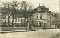 Nervenklinik (vormals K.k. Infanterie-Kadettenschule) im Pradler Saggen. Gelatinesilberabzug 9 x 14 cm; Impressum: Joh(ann). Papp, Innsbruck-Hötting, postalisch gelaufen 1929.  Inv.-Nr. vu914gs00790