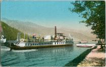 """Dampfschiff """"St. Benedikt"""" der Achensee-Schifffahrt – in Dienst gestellt am 21. Juli 1889 - bei einem Anlegemanöver. Kombinationsfarbdruck 9 x 14 cm; Impressum: Ottmar Zieher, München um 1907.  Inv.-Nr. vu914kfd00041"""