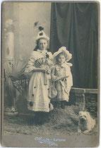 Kufsteiner Kinder im Faschingskostüm. Gelatinesilberabzug auf Untersatzkarton 11 x 16,5 cm (Cabinetformat); Aufnahme: A(nton). Karg, Kufstein um 1907.  Inv.-Nr. vuCAB-00041
