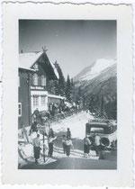 """Autobus der Österreichischen Post beim Waldhäusl in St. Anton am Arlberg; bez.: """"Waldhäusel St. Anton 1934"""".  Gelatinesilberabzug 4,5 x 6 cm, Privatphoto, um 1925.  Inv.-Nr. vu456gs00002"""