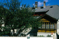 Haus mit Holzsöller (um 1900) in Niederolang. Farbdiapositiv 24x36mm; © Johann G. Mairhofer 1998.  Inv.-Nr. dc135kn0239.02_03