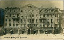 Im Jugendstil erbautes Miller-Haus (vormals Wilfling-Haus) in der Meraner Straße 3, Innsbruck-Innere Stadt. Gelatinesilberabzug 9 x 14 cm; Impressum: Leo Stainer, Innsbruck um 1910.  Inv.-Nr. vu914gs01124