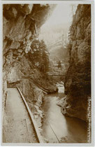 Die Gschössklamm (heute Tiefenbachklamm genannt) mit Triftsteig am Unterlauf der Brandenberger Ache, Bezirk Kufstein, Tirol. Gelatinesilberabzug 10 x 15 cm ohne Impressum, um 1905.  Inv.-Nr. vu105gs00099