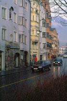 Häuserzeile der Mariahilfstraße gegen die östliche Grenze von Mariahilf vom Stadtteil Mariahilf-St. Nikolaus von Westen. Farbdiapositiv; © Johann G. Mairhofer um 2000.  Inv.-Nr. dc135kn0225.01_33