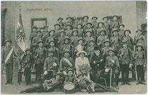 Jugendhort (wohl Vorläufer der heutigen Jungschützen) von Wörgl. Lichtdruck 9x14cm; Rud(olf). Berger, Wörgl um 1910.  Inv.-Nr. vu914ld00112