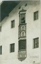 Fassadenerker der alten Volksschule in Wattens. Gelatinesilberabzug 9 x 14 cm; Impressum: A(lfred). Stockhammer, Hall in Tirol 1911.  Inv.-Nr. vu914gs00792
