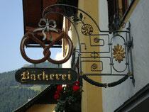 Geschäftsschild der Bäckerei Neumayr in Kitzbühel, Josef-Herold-Straße 7. Digitalphoto; © Johann G. Mairhofer 2015.  Inv.-Nr. 2DSC02842