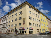 """Gasthaus """"Österreichischer Hof"""" in Innsbruck-Wilten, Stafflerstraße 12 Ecke Leopoldstraße. Digitalphoto; © Johann G. Mairhofer 2015.  Inv.-Nr. 2DSC00942"""