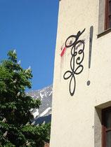 Zirkel an der Seitenwand vom Verbindungshaus der Akademischen Burschenschaft Brixia in St. Nikolaus, Stadtgemeinde Innsbruck, Innstraße 18. Digitalphoto; © Johann G. Mairhofer 2013.  Inv.-Nr. 1DSC06862