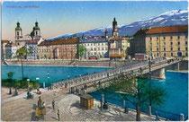 Alte Innbrücke am Ufer in Mariahilf mit Altstadt von Innsbruck, rechts die Innkaserne, ehemals Andechsburg und Inneres Zeughaus. Photochromdruck 9x14cm postalisch gelaufen 1910; K(arl) Redlich, Innsbruck.  Inv.-Nr.vu914pcd00035