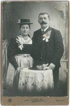 Brautpaar einer Witwenhochzeit aus Kitzbühel oder Umgebung. Gelatinesilberabzug 16,6 x 10.8 cm (Cabinetformat). Impressum: Toni Rothbacher, Kitzbühel um 1910.  Inv.-Nr. vuCAB-00163