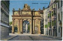 Die Palais Sarnthein (links) und Ehrentreitz-paumbhausen (rechts) sowie die Triumphpforte noch auf dem Territorium der Dorfgemeinde Wilten. Photochromdruck 9 x 14 cm; Impressum: O(tmar). Z(ieher). M(ünchen). um 1910.  Inv.-Nr. vu914pcd00190