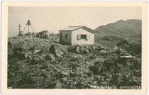 atscherkofel-Gipfelhütte und Vermessungsmarkierung (Gemeinde Patsch). Gelatinesilberabzug 9 x 14 cm; Impressum: Much Heiss, Innsbruck um 1930.  Inv.-Nr. vu914gs00244