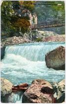 Wasserkraftwerk an der Falschauer in der Gaulschlucht, Gemeinde Lana im Burggrafenamt, Südtirol. Photochromdruck 9 x 14 cm; Impressum: Joh(ann). F(ilibert). Amonn, Bozen; postalisch befördert um 1916.  Inv.-Nr. vu914pcd00073