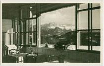 """Der Rosengarten von der Glasveranda des Hotel """"Friedl"""" in Oberbozen auf dem Ritten bei Bozen aus. Gelatinesilberabzug 9 x 14 cm; Impressum: V. Vojta, Klobenstein-Ritten um 1930.  Inv.-Nr. vu914gs01148"""
