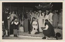 Hirtenspiel beim Tourismusbüro in Igls. Gelatinesilberabzug 9x14cm, Foto Hofer, Innsbruck um 1935.  Inv.-Nr. vu914gs00211