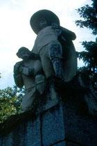 Peter-Sigmair-Denkmal in Mitterolang. Sandsteinskulptur von Hans Piffrader, 1910 enthüllt. Farbdiapositiv 24x36mm; © Johann G. Mairhofer 1998.  Inv-Nr. dc135kn0239.02_27