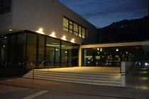 Volksschule Reichenau, Wörndlestraße Nr. 3, Innsbruck-Reichenau errichtet nach Plänen von Arch. Dipl.-Ing. Thomas Schnizer (Eröffnung 2011) gegen die Nordkette bei Nacht. Digitalphoto © Johann G. Mairhofer 2013.  Inv.-Nr. 1DSC04636