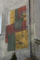 "Sgraffito ""Frau Hitt"" von Helmut Millonig (geb. 1928 Wattens), Schüler von Fritz Wotruba und Herbert Böckl am Wohnhaus Höttinger Gasse Nr. 39 in Hötting, Stadtgemeinde Innsbruck. Digitalphoto; © Johann G. Mairhofer 2014.  Inv.-Nr. 2DSC01931"