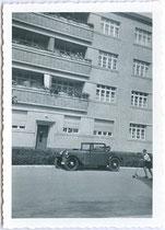 DKW P 15 Cabriolet, Ort dzt. nicht verifizierbar, um 1940. Gelatinesilberabzug 6 x 9 cm; ohne Impressum (Privatphoto).  Inv.-Nr. vu609gs00001