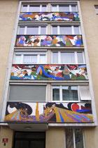 """Wandmalereien """"Menschen und Natur"""" von Inge Höck (geb. 1922 in Münster, Tirol) am Stiegenhaus jeweils unterhalb der Fenster am viergeschoßigen Wohnhaus Fennerstraße 14 in Innsbruck-Reichenau. © Johann G. Mairhofer 2014.  Inv.-Nr. 1DSC08102"""