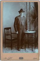Bauer im standesgemäßen Festgewand wohl aus Lana oder Umgebung. Gelatinesilberabzug auf Untersatzkarton 16,5 x 10,6 cm (Cabinet-Format). Impressum: Alois Nebl, Lana um 1915. Inv.-Nr. vuCAB-00084
