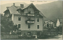 """Bahnhofrestaurant und Pension """"Silbermaier"""" an der Zillertalbahn in Fügen, Bezirk Schwaz, Tirol. Lichtdruck 9 x 14 cm; Impressum: Eigenverlag des Betreibers um 1910.  Inv.-Nr. vu914ld00276"""