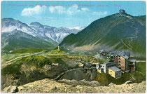 Hotel FERDINANDSHÖHE am Stilfser Joch (2.760m) mit Grenzübergang zur Provinz Sondrio, Lombardei und Dreisprachenspitze (2.843m). Photochromdruck 9 x 14 cm; Impressum: Joh(ann). F(ilibert). Amonn, Bozen um 1910.  Inv.-Nr. vu914pcd00236