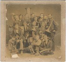 """""""Kirchbühler Musik=Bande Photographirt in Kufstein anno 1867  d(en). 22. (Monat unleserlich)"""". Albuminabzug auf Untersatzkarton ca.16 x 17 cm."""