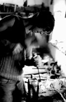 Holzbildhauer Herbert Gwercher vulgo Schuster-Herbert vom Hof Unteranger in Brandenberg noch als Lehrling um 1975. Gelatinesilbernegativ 24 x 36 mm; © Johann G. Mairhofer.  Inv.-Nr. ns135il-fp4.1_1