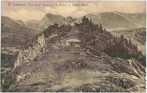 """""""Casino di Bersaglio (dt. Schützenheim) e Rovine del castel MANI"""" in San Lorenzo in Banale in Judikarien (le Giudicare). Lichtdruck 9x14cm; Impressum: Narciss Lechner (Standschützen-Oberleutnant; Anm.d.Verf.), Innsbruck um 1905.  Inv.-Nr. vu914ld00127"""