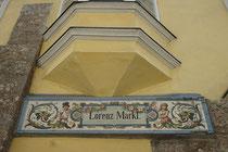 Handwerksschild nach Art der iberischen Azulejo-Technik der ehemaligen Metzgerei Lorenz Markl, Wallpachgasse 2, Hall in Tirol, Bezirk Innsbruck-Land. Digitalphoto; © Johann G. Mairhofer 2013.  Inv.-Nr. 1DSC07268