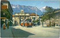 Triebwagen 47 und ein weiterer der Localbahn Innsbruck-Hall bei der zweigleisigen Haltestelle Triumphpforte in Wilten. Photochromdruck 9 x 14 cm; Impressum: Wilhelm Stempfle, Innsbruck um 1910.  Inv.-Nr. vu914pcd00212