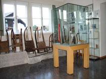 Präsentation u.a. von historischen Sportschlitten im kleinen Museum im Veranstaltungszentrum Igls, Stadtgemeinde Innsbruck. Digitalphoto; © Johann G. Mairhofer 2014.  Inv.-Nr. 2DSC01423