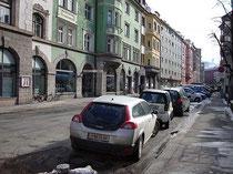 Adamgasse von derKreuzung mit der Salurner Straße (ehemalige Gemeindegrenze zu Wilten) gegen Süden. Digitalphoto; © Johann G. Mairhofer 2012.  Inv.-Nr. DSC02664
