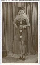 Dame in Clownskostüm im Fasching. Gelatinesilberabzug 9 x14 cm; Impressum: Siegfried Höbart, Sonnenburgstraße 21, Innsbruck um 1930.  Inv.-Nr. vu914gs00783