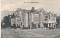 Das 1900 eröffnete Stadttheater von Meran im Burggrafenamt, Südtirol am Theaterplatz, errichtet im Jugendstil nach Plänen von Arch. Martin Dülfer, München. Lichtdruck 9 x 14 cm; Impressum: Verlag Lorenz Fränzl, München 1908/09.  Inv.-Nr. vu914ld00305