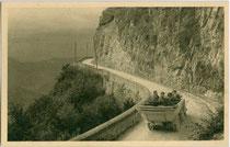 Autobus auf der Mendelstraße (heute Teilstrecke der Strada statale 42 del Tonale e della Mendola) zwischen Kaltern und Mendelpass (1.363 m). Gelatinesilberabzug 9 x 14 cm; Joh(ann). F(ilibert). Amonn, Bozen 1919.  Inv.-Nr. vu914gs01142