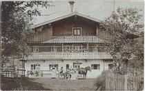 Bauernfamilie und Gesinde vor ihrem Heimathof wohl im Tiroler Unterland. Gelatinesilberabzug (Auskopierpapier) 9x14cm; kein Impressum um 1900.  Inv.-Nr. vu914gs00694