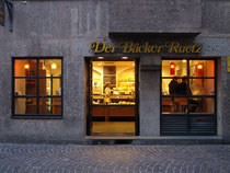 Geschäftslokal der Großbäckerei Ruetz, St. Anton am Arlberg in der Innsbrucker Altstadt, Herzog-Friedrich-Straße. Digitalphoto; © Johann G. Mairhofer 2012. Inv.-Nr. 1DSC04492